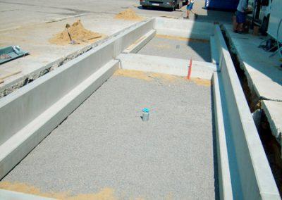 Zapuštěné silniční váhy na štěrkové lože